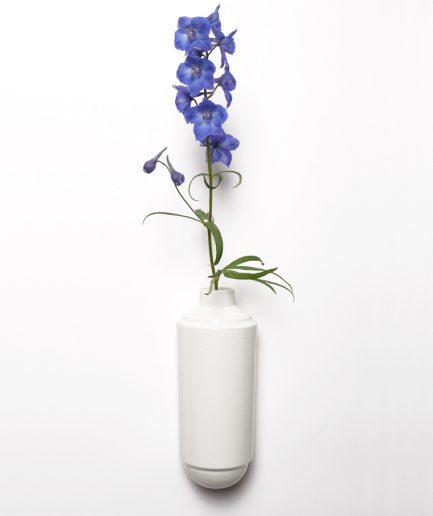 Wandvaas Flora wit met bloem, ontwerp Fenna Oosterhoff