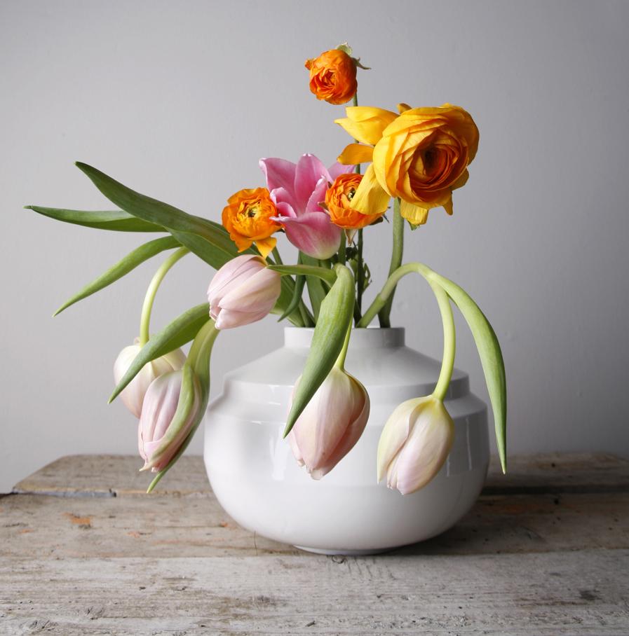 Wide Edged vaas wit met bloemen, ontwerp Fenna Oosterhoff