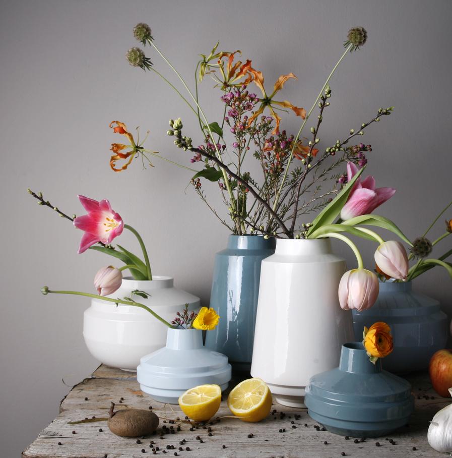 gekleurde High Edged vazen met bloemen, ontwerp Fenna Oosterhoff