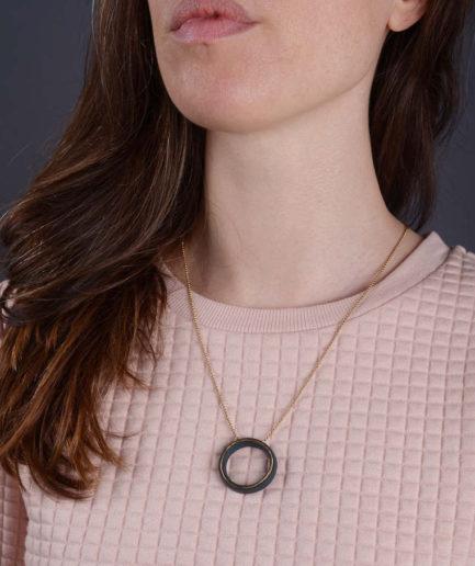 Geometrics Circle ketting zwart met gouden ketting