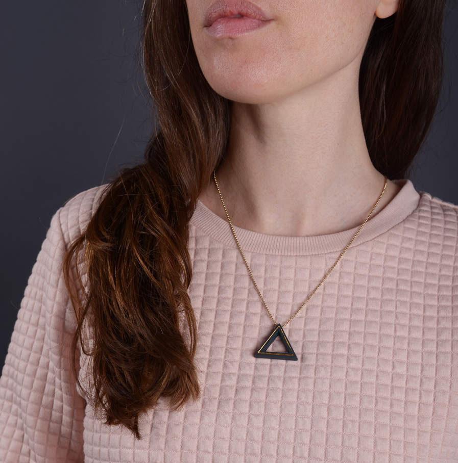 Geometrics Triangle ketting zwart met gouden ketting