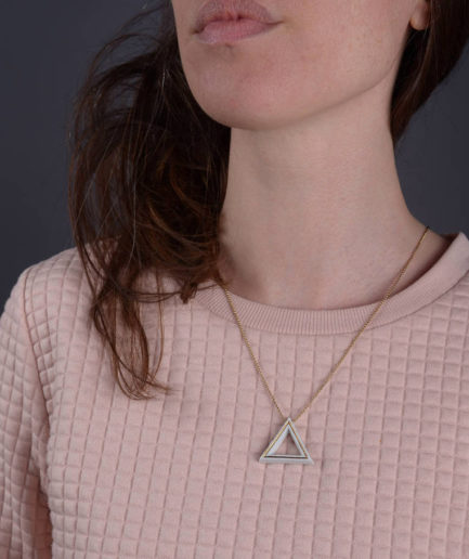 Geometrics Triangle ketting wit met gouden ketting