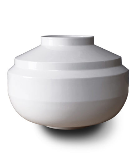Wide Edged vase made of porcelain, white