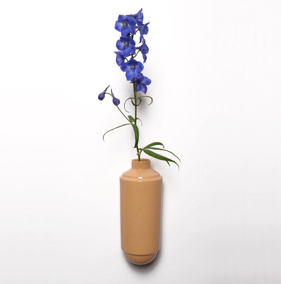 Wandvaas Flora van okerkleurig porselein, Suspense Wandcollectie