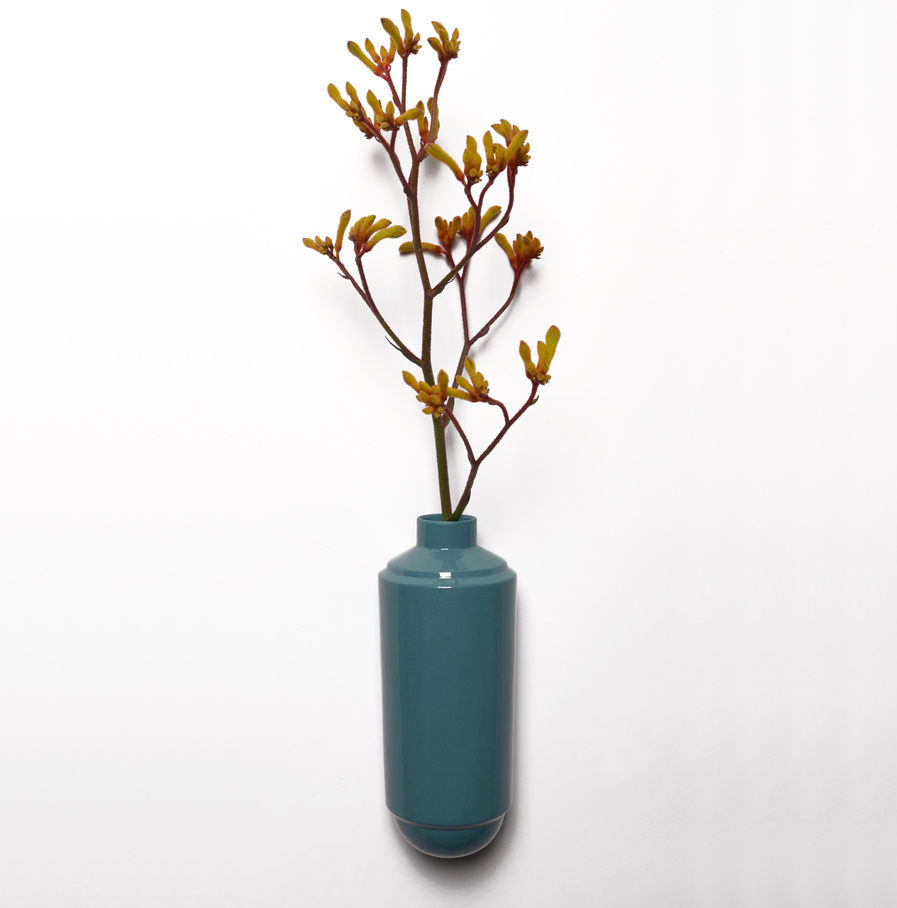 Wandvaas Flora van turquoise porselein, Suspense Wandcollectie